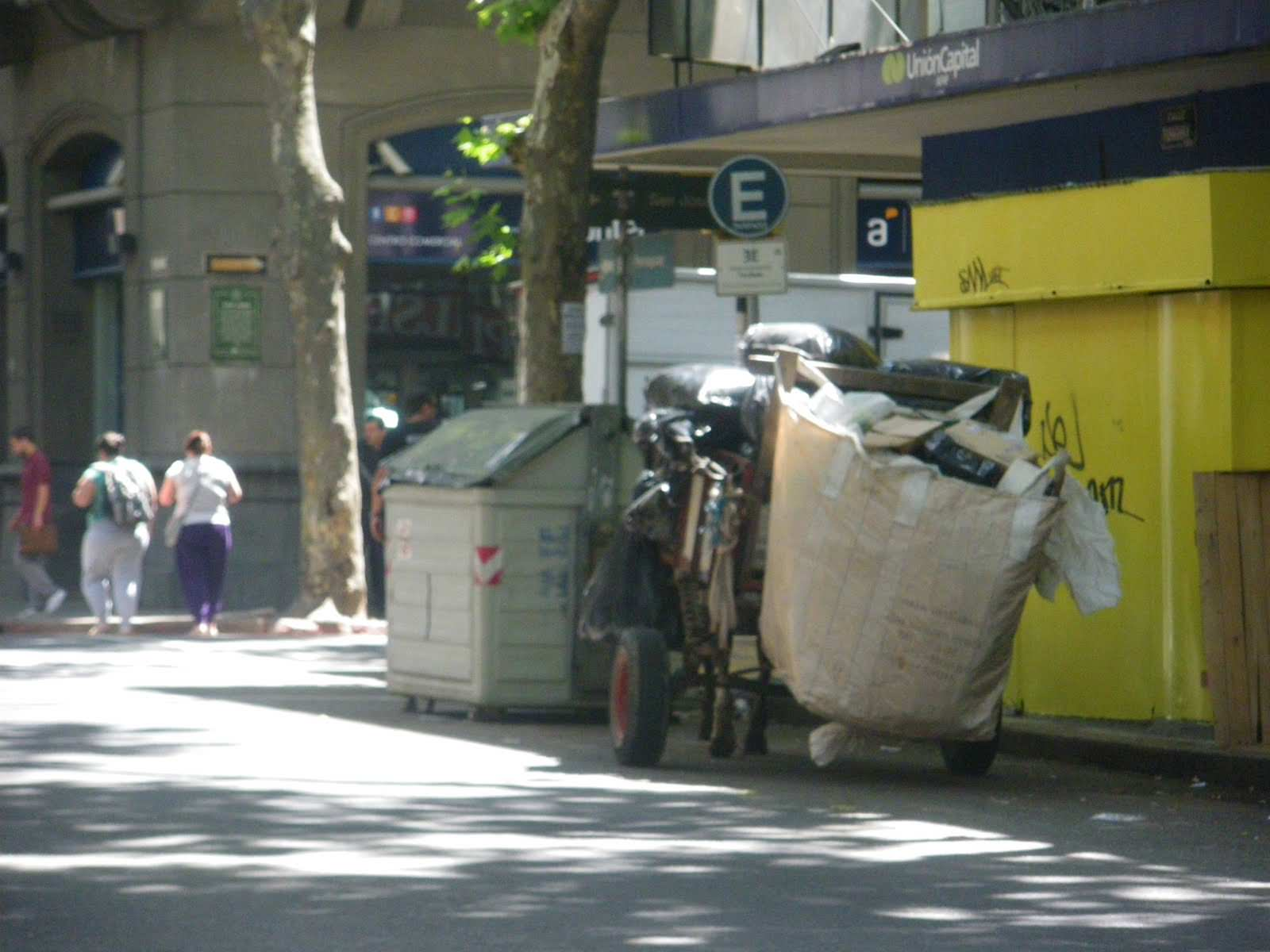 Horse and cart culture in montevideo for Bar living montevideo