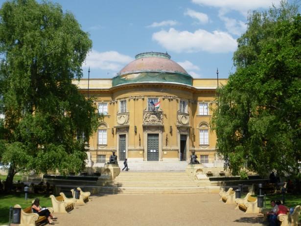 Don't Stop Living - the Deri Museum in Debrecen in Hungary