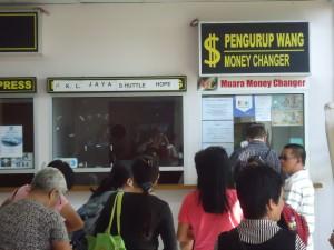 changing money in Serasa Brunei
