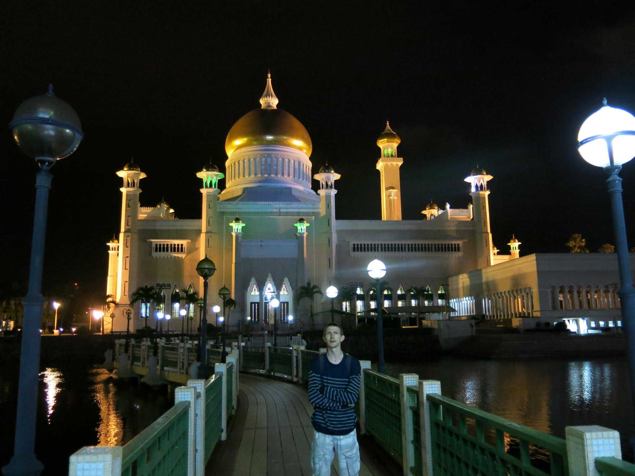 visiting the omar ali saifuddien mosque in bandar seri. Black Bedroom Furniture Sets. Home Design Ideas
