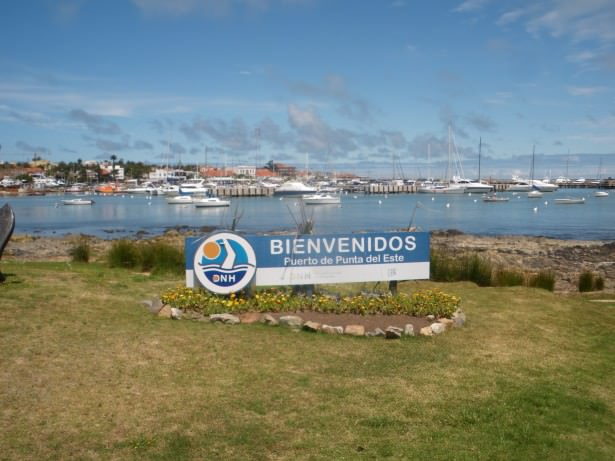 punta del este welcome sign