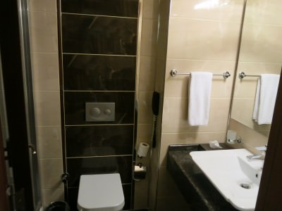 otel senbayrak bathroom