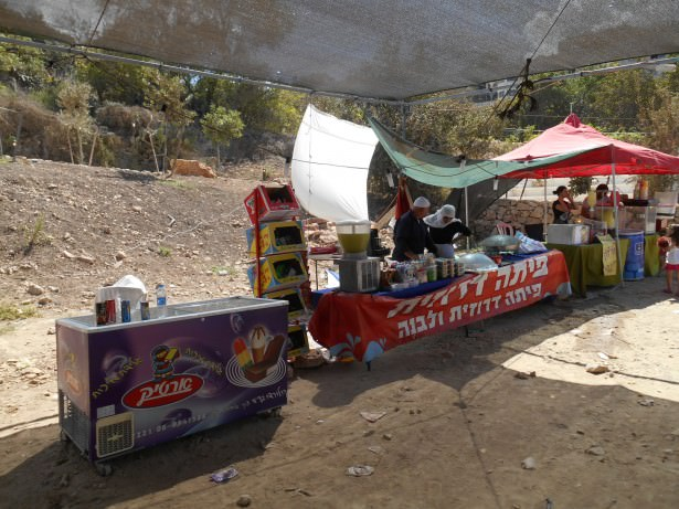 A market in the lower part of Isfiya selling food.