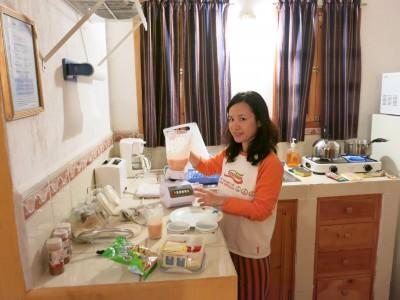Making Papaya smoothies with the food blender!