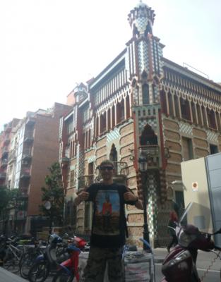 gaudi first building