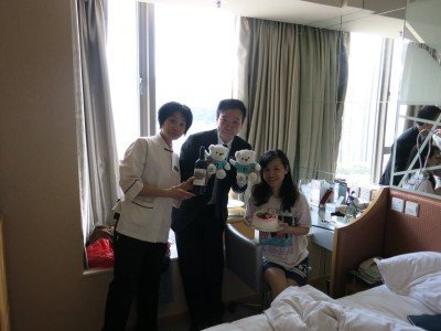 Panny with the staff and her birthday gifts from the hotel