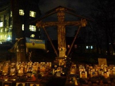 Memorials by night on Instytutska Street - avenue of the revolution 2014