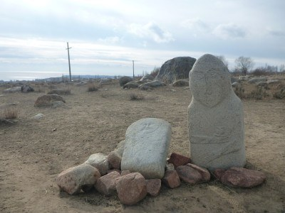 Ancient graves and tombs at the Petroglyphs