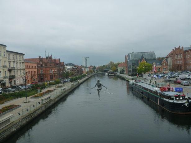 Przechodzacy przez Rzeke (Man Crossing River)