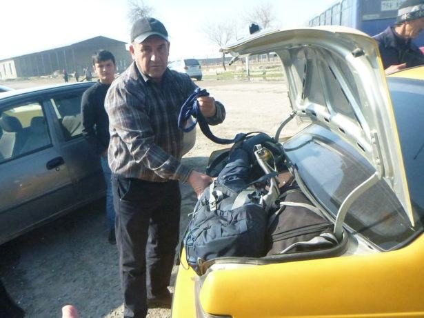 Organising my taxi at the Uzbekistan Border to Sariosiyo